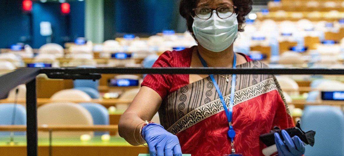 Una delegada deposita los votos de su país en las elecciones para miembros del Consejo de Seguridad y del Consejo Económico y Social, así como del presidente de la Asamblea General.