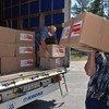 На фото: сотрудники Фонда ООН в области народонаселения доставляют гуманитарную помощь в дома престарелых на востоке Украины