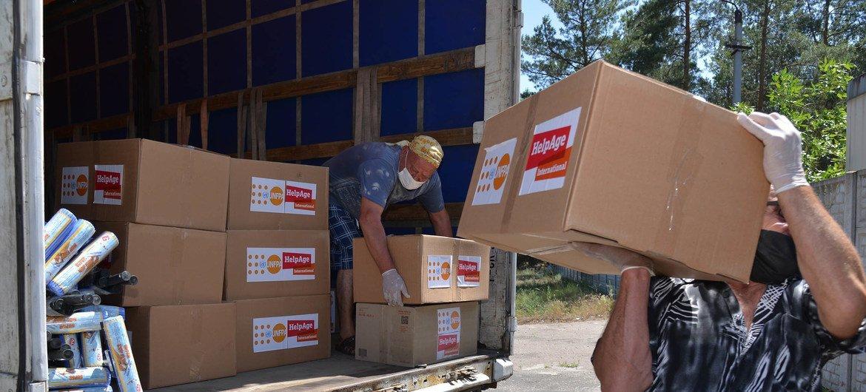 Сотрудники Фонда ООН в области народонаселения доставляют гуманитарную помощь для пожилых людей и инвалидов на востоке Украины.