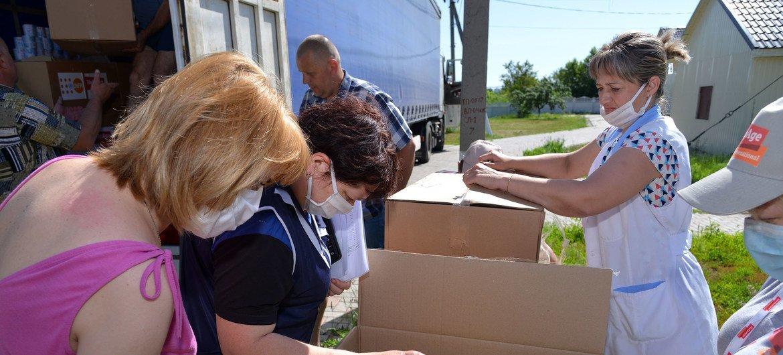 Сотрудники Фонда ООН в области народонаселения доставили товары первой необходимости для пожилых людей и инвалидов на востоке Украины