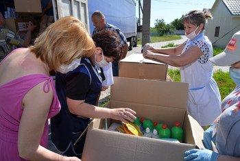 El Fondo de Población de las Naciones Unidas distribuye ayuda a personas de la tercera edad en el este de Ucrania.