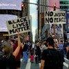 """متظاهرون تجمعوا في ساحة """"تايمز سكوير"""" للمطالبة بالعدالة وللاحتجاج على العنصرية في الولايات المتحدة عقب وفاة جورج فلويد."""