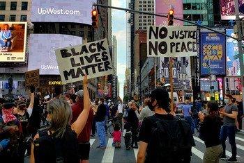 Демонстрация в поддержку прав афроамериканцев на Таймс-сквер в Нью-Йорке, 2020 год
