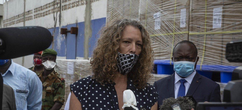 Denise Brown, cheffe adjointe de la MINUSCA s'adressant aux journalistes suite à l'arrivée du troisième lot de matériel électoral en RCA