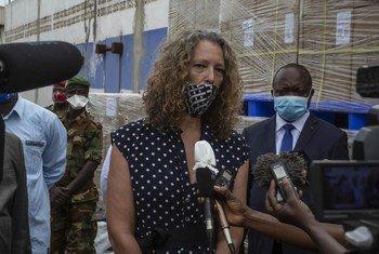 Denise Brown, cheffe adjointe de la MINUSCA s'adressant à des journalistes (photo d'archives).