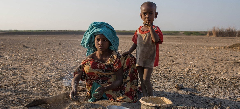 Msichana akipika katika moja ya vijiji nchini Ethiopia ambalo ardhi imeathirika vibaya na ukame unaoendelea