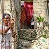 Une grand-mère et un enfant déplacés à Tabarre Issa, à Port-au-Pince, en Haïti.