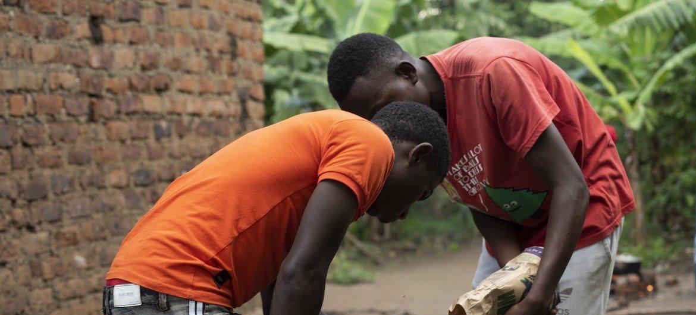 شباب في بويرا بمقاطعة كاسيسي يتعلمون مهارات الخبز خلال جلسة أسبوعية كجزء من التمكين الاقتصادي.