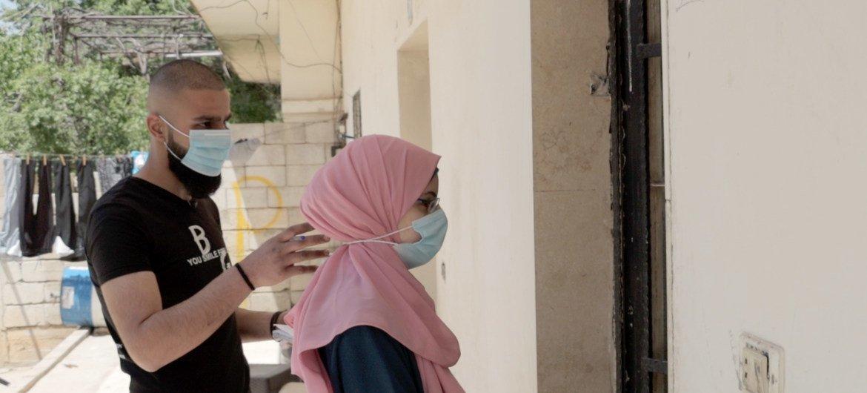 فراس تفال وزميلته خلال جولة على منازل اللاجئين في مخيم الجليل بمدينة بعلبك