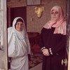 متطوعون يساعدون المسنين الفلسطينيين بالتسجيل على منصة وزارة الصحة لتلقي لقاح كورونا. (الأرشيف)