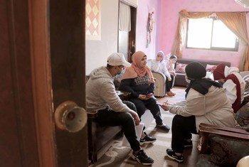 """متطوعون في حملة """"اللقاح كرمالنا"""" يساعدون اللاجئين الفلسطينيين بالتسجيل إلكترونيا لتلقي لقاح كورونا"""