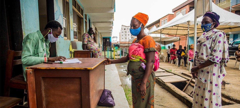 Wanawake nchini Nigeria wakipokea mgao wa vocha za chakula kama sehemu ya programu ya kusaidia familia zinazohaha wakati huu wa COVID-19 na hatua za kudhiiti kusambaa kwa ugonjwa huo.