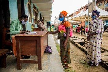 Les femmes au Nigéria collectent des bons alimentaires dans le cadre d'un programme de soutien aux familles en difficulté sous le verrouillage de la Covid-19.