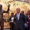 联合国秘书长古特雷斯(中)于2018年9月出席了纳尔逊·曼德拉雕像的揭幕仪式。这是南非赠送给联合国礼物。