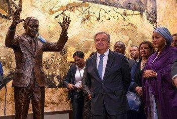 यूएन महासचिव एंतोनियो गुटेरेश मुख्यालय में नेलसन मण्डेला की प्रतिमा के साथ. ये प्रतिमा सितम्बर 2018 में दक्षिण अफ्रीका ने भेंट की थी