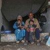 عائلة نازحة تعيش في مدرسة مدمرة في إدلب.