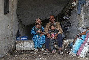 Familia ya wakimbizi wa ndani wakiishi katika shule iliyoharibiwa kwenye mji wa Binish, Idlib, Syria