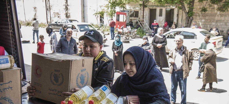 يقوم برنامج الأغذية العالمي بالتعاون مع المنظمات الشريكة بتوزيع المواد الغذائية على الأشخاص الأكثر ضعفاً والتأكد من أن الأسر على دراية بكوفيد -19 وكيف يمكنهم البقاء في أمان.