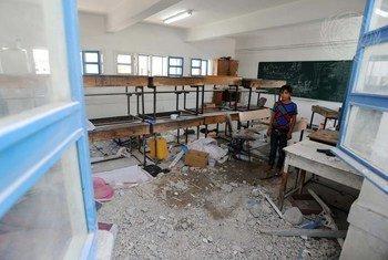 在位于加沙地带的一所学校里,一名巴勒斯坦学生站在因加沙哈马斯与以色列的冲突而被损坏的教室里。(资料图片)