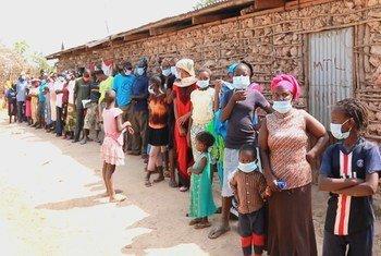 منظمة الصحة العالمية تدعو إلى تجنب القومية في توزيع لقاح فيروس كورونا. في الصورة، مشهد من جزيرة ماندا في كينيا، حيث يصطف السكان لتلقي خدمات طبية.
