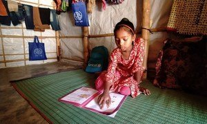 一名9岁女孩在母亲和老师的支持下在家学习,而她在罗兴亚难民营中的学习中心仍被关闭。