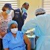 Un travailleur de santé reçoit une dose du vaccin contre Ebola à Abidjan, en Côte d'Ivoire.