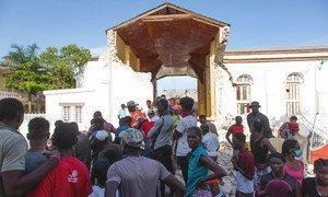 Des habitants des Cayes cherchent des parents disparus parmi les décombres d'une église après le tremblement de terre de magnitude 7,2 qui a frappé Haïti le 14 août.
