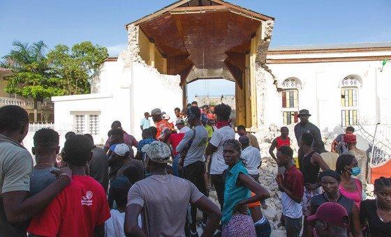 Гаитянцы ищут пропавших без вести родственников под обломками церкви, обрушившейся после землетрясения 14 августа