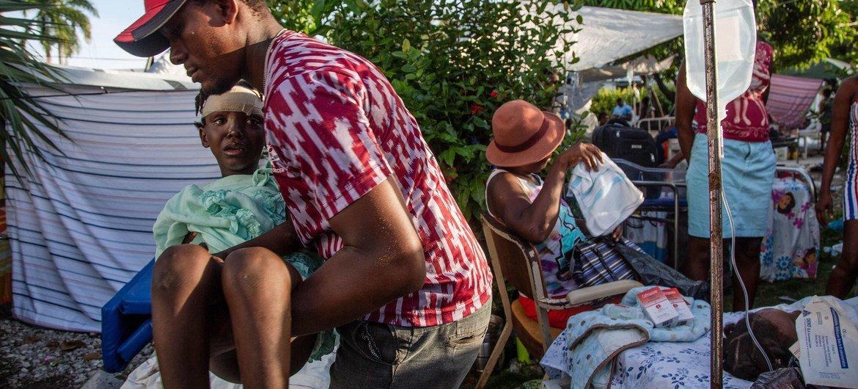 Feridos após o terremoto no Haiti buscam assistência em hospital