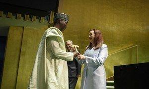 Traspaso del mazo de presidente de la Asamblea General, entre la saliente María Fernanda Espinosa y Tijjani Muhammad-Bande.