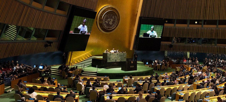 Tijjani Muhammad-Bande (kwenye skrini na kwenye jukwaa) Rais wa mkutano wa 74 wa Baraza Kuu la UN akifungua kikao cha kwanza cha mkutano huo. (17 Septemba 2019)