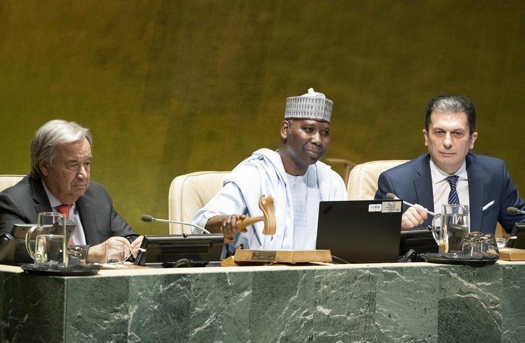 Le Nigérian Tijjani Muhammad-Bande, Président de la 74e session de l'Assemblée générale des Nations Unies (centre) aux côtés du Secrétaire général de l'ONU António Guterres (gauche)