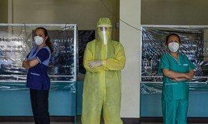 Esta doctora de un hospital comunitario en Filipinas usa equipo de protección personal adecuado. La doctora lidera a un grupo  profesionales de salud voluntarios que atiende a pacientes de COVID-19.