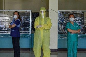 一名身着防护服的女医生与几名志愿加入的专业医务人员在菲律宾的一家社区医院为新冠病毒感染者和正在接受流行病学调查的人员提供服务。