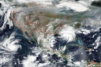 Imagen de satélite que muestra al huracán Sally tocando tierra en la costa del Golfo de Estados Unidos.
