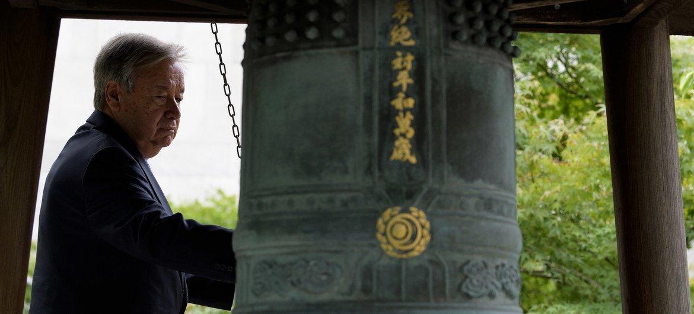 El secretario general de la ONU, António Guterres, toca la ceremonia de la campana de la paz de la ONU en el 40 aniversario del Día Internacional de la Paz