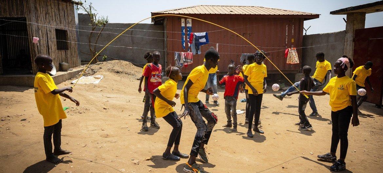 أطفال في دار للأيتام في جوبا بجنوب السودان سجلوا أغنية من أجل السلام تم بثها على محطة إذاعية في جميع أنحاء البلاد.