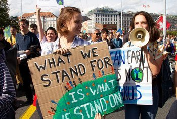 Como parte del moviento Viernes para el futuro, un grupo de jóvenes protesta solicitando que a los Gobiernos que se comprometan en la lucha contra el cambio climático.
