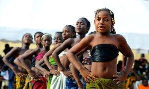 Des écolières en Côte d'Ivoire lors d'activités pour sensibiliser à la paix et aux droits humains.