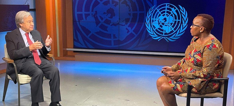 联合国新闻的多媒体制作人 Assumpta Massoi 采访秘书长古特雷斯。