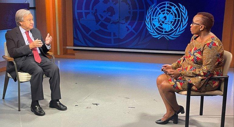 Katibu Mkuu wa UN Antonio Guterres (kulia) akihojiwa na Assumpta Massoi wa Idhaa ya Umoja wa Mataifa