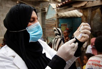 कोविड-19 महामारी के बावजूद,यमन के एडेन शहर के ख़ारर मेक्सर क्लिनिक में एक स्वास्थ्यकर्मी डिप्थीरिया की वैक्सीन तैयार कर रही हैं.