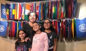 Rocío Suárez, voluntaria del Movimiento Internacional ATD Cuarto Mundo, con Alma (a la izquierda), Paula (en el medio) y Raquel, tres niñas que viven en la extrema pobreza en Madrid.