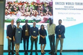 """الدكتورة مابيل شديد مع بعض المشاركين في المنتدى العالمي حول """"الثقافة والغذاء: استراتيجيات مبتكرة من أجل تنمية مستدامة"""" في بارما بإيطاليا."""