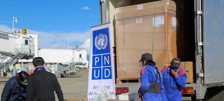 Los equipos del PNUD reciben equipos de laboratorio para facilitar el aumento de las pruebas COVID-19 en Bolivia.