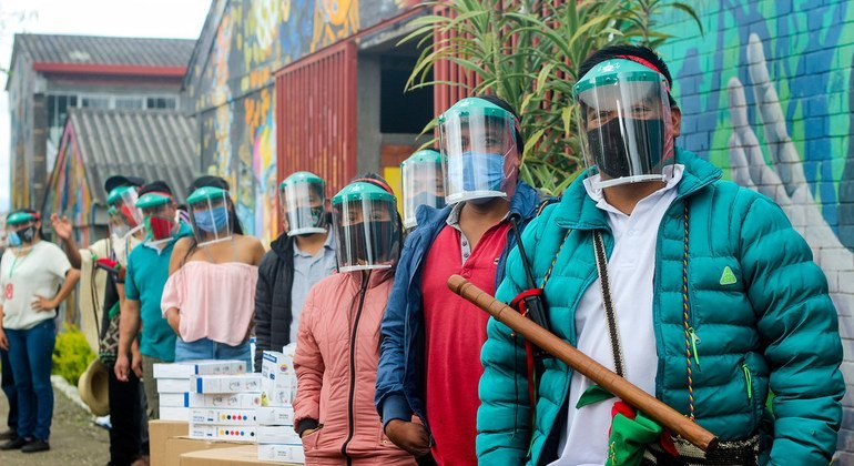 El PNUD junto con las autoridades colombianas entregaron equipos de bioseguridad a comunidades indígenas para que se protejan del COVID-19..
