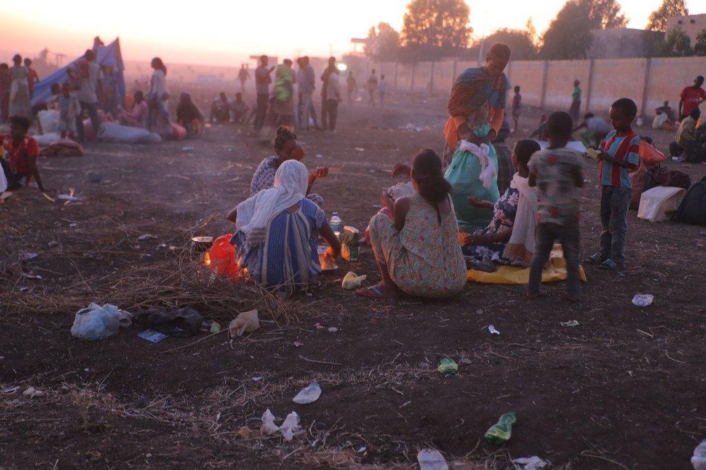 Wakimbizi wa Ethiopia wanaokimbia mapigano katika mkoa wa kaskazini mwa Tigray, wanapumzika na kupika chakula karibu na kituo cha mapokezi cha Hamdayet cha UNHCR baada ya kuvuka kwenda Sudan.