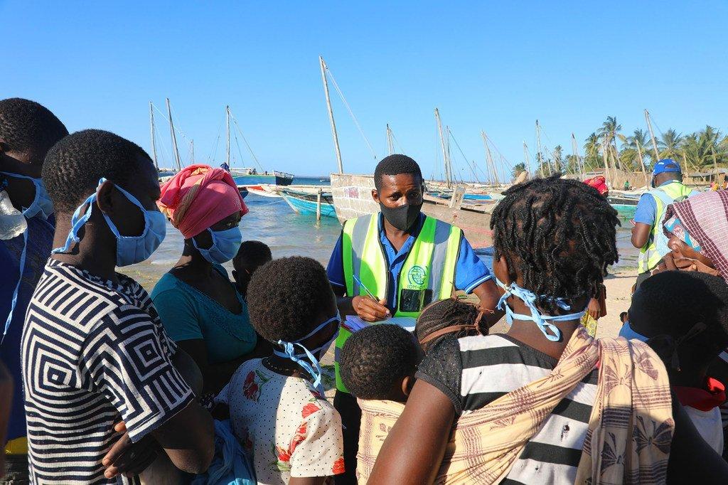 Au Mozambique, des personnes déplacées fuyant l'insécurité à Cabo Delgado arrivent par bateau sur la plage de Paquitequete à Pemba.