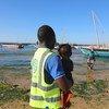 Funcionário da OIM na praia em Pemba onde chegam muitos dos deslocados