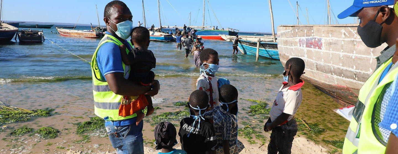 Moçambicanos que fogem da insegurança em Cabo Delgado chegando de barco na praia de Paquitequete, Pemba.